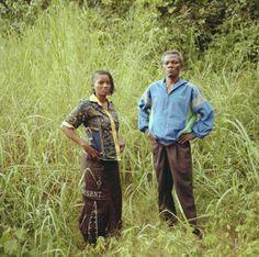 """Germaine e Michael. Germaine è fuggita dal suo villaggio nella repubblica Centrafricana per la prima volta nel 2010. """"Io e la mia famiglia siamo stati accolti da Michael e sua moglie. Ci hanno trattato benissimo e sono stati molto ospitali. Ora abbiamo avuto la possibilità di ricambiare"""". Vivono a Libenge. Michael, padre di  due bambini, dice che era diventato troppo pericoloso restare. Grazie a Germaine ha trovato un posto sicuro per la sua famiglia.   ©UNHCR/B.Sokol"""