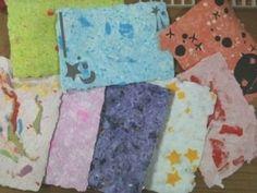 【nanapi】 はじめにミキサーを使わず、下準備もなく、家にあるものだけで簡単に手作りハガキをつくる方法を紹介します。紙すきで手作りハガキをつくろう![動画を観る]用意するもの紙液ティッシュペーパー(2枚)トイレットペーパー(少々)水(適量)おはながみや折り紙(...