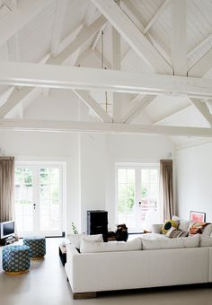 Family Room Designs, Furniture and Decorating Ideas home-furniture.ne… Family Room Designs, Furniture and Decorating Ideas home-furniture. White Beams, White Wood Floors, Living Room Sofa, Home And Living, Living Spaces, Modern Living, Painted Beams, Architecture Renovation, Family Room