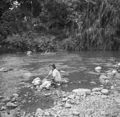 Escena típica de la época de lavado de ropas en los ríos de Puerto Rico (1938)