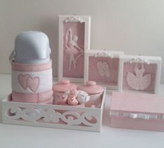 O Kit Higiene irá facilitar os momentos de cuidado com o seu bebê e decorar o quarto com delicadeza e charme! <br> <br>Contém: <br> <br>2 potes de porcelana <br>1 garrafa térmica Pump <br>1 pote para água em porcelana que pode ser usado também somente para decoração como na foto - flores acompanham o produto. <br>1 bandeja mdf à laser forrada com tecido - Medidas: 20 cm (L) x 28 cm (C) <br> <br>* tecido 100% algodão e impermeabilizado <br>** Caixa vendida separadamente - R$ 40,00 <br…