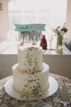 Holy cow! Don't you love this wedding cake with cascading confetti