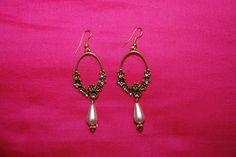 """Boucles d'oreille """"couronne fleurie"""" : anneaux fleuris métal doré perle nacré forme goutte : Boucles d'oreille par lericheattirail"""