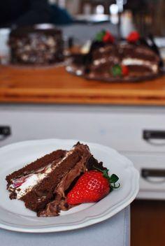 Jahodovo čokoládový dort s tvarohovým a čoko krémem a Sachrův korpus