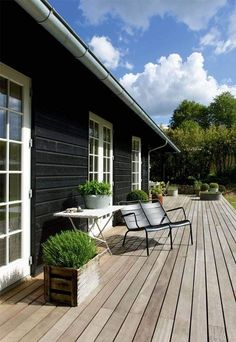 A skandinávok és a teraszok - különleges kapcsolat - Skandináv Dizájn Black House Exterior, Modern Exterior, Exterior Design, Patio Pergola, Backyard, Wooden House Design, Wooden Houses, Farmhouse Windows, House Painting