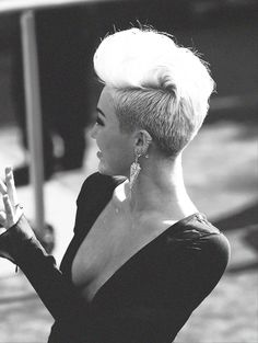 can't stand Miley Cyrus but i am kinda in love with the hair
