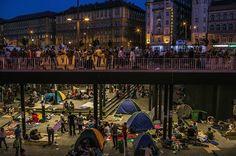 Arriba la vida sigue en Budapest. Abajo sobreviven refugiados. Una ciudad, 2 mundos. By Mauricio Lima Pulitzer 2016 (@vicentmontagud) | Twitter