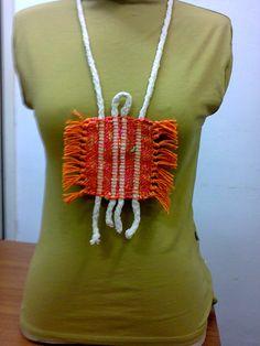 Biju de tear em linha laranja e fio de tricotin em chenile.