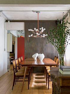 Casinha colorida: Home Tour: arquitetura Industrial Chic com móveis vintage
