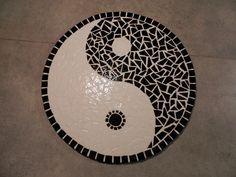 Yin yang en mosaïque émaux de briare noir et blanc