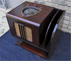 Here is the chance to own a beautiful Zenith Shutter Dial, Chairside radio. This is the best looking chairside that Zenith made, and it plays great. Art Deco, Art Nouveau, Shock And Awe, Retro Radios, Antique Radio, Audio Room, Transistor Radio, Record Players, Vintage Wood