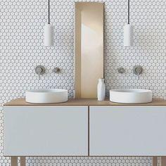 WEBSTA @ arqkaza - Bancada, pastilhas, pendentes e cubas compuseram o banheiro de forma distinta e com personalidade.
