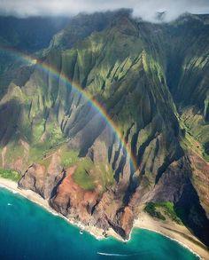 Kuia ka hele a ka naau haahaa. Hesitante caminha o humilde coração  provérbio havaiano  Uma pessoa que possui a grandeza da humildade cuida a cada passo para não ferir as pessoas.  Foto: costa de Na Pali Havaí por @antonyspencer