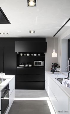petite cuisine quip e avec l 39 vier sous la fen tre id es d co cuisine pinterest cuisine. Black Bedroom Furniture Sets. Home Design Ideas