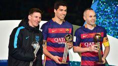 Jogadores de FC Barcelona Lionel Messi (L), Luis Sualez (C) e Andres Iniesta (R) segurar os troféus Bola de Prata, ouro e bronze 20.12.2015