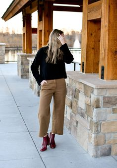 Voluminous Fall outfit with Everlane wide leg crop pants in ochre The post Voluminous appeared first on Fall Fashion. Wide Pants Outfit, Cropped Jeans Outfit, Wide Leg Cropped Pants, School Looks, Black Cashmere Sweater, Sous Pull, Fall Winter Outfits, Vogue, Cat Hair