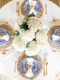 Blue Table Settings, Beautiful Table Settings, Place Settings, Everyday Table Settings, Dining Table Decor Everyday, Brunch Table Setting, Blue And White Vase, White Art, Deco Table