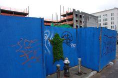 I Moss Graffiti sono graffiti sui muri creati con del muschio. Ne abbiamo parlato tempo fa condividendo con voi una breve guida (http://marraiafura.com/muschio-e-un-po-di-fantasia-fate-largo-ai-graffiti-ecologici/) alla loro realizzazione.  #Arteurbana e #GuerrillaGardening su @marraiafura