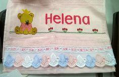 Toalhinha de nome Helena com um ursinho na lateral e uma barrinha de jardim com flores