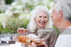 Foto de stock : Senior couple eating bread