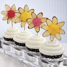 Combine mini marshmallows, Wilton Candy Melt candy and sliced almonds to form fantasy flowers with a woodland feel. Wilton Nonpareils and Sprinkles add texture and dimension to the flower centers. Elegant Cupcakes, Fancy Cupcakes, Beautiful Cupcakes, Flower Cupcakes, Marshmallow Flowers, Marshmallow Treats, Mini Marshmallows, Flower Cake Decorations, Dessert Decoration