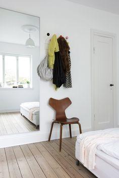 Via Ellens album   White Bedroom   Jacobsen   Eames Hang it All
