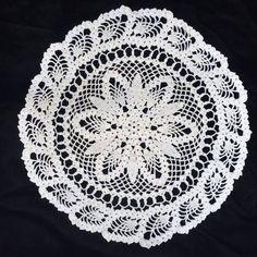 "Hand Crocheted Ivory Pineapple Edge Round Very Pretty Design 12"""