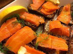 Kylmäsavuporkkanat * noin 4 paksua porkkanaa * runsaasti karkeaa merisuolaa * 2tl nestemäistä savuaromia (esim. Poppamies Jalosavua) * 1tl valkoviinietikkaa * 1 rkl öljyä