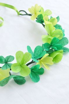 St Patrick's Day Clover Crown San Patrick Day, Sant Patrick, Flower Crafts, Diy Flowers, Paper Flowers, St Patricks Day Crafts For Kids, St Patrick's Day Crafts, Diy Crafts, St Patrick's Day Costumes