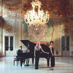 Finalmente online il video della mia cover #DancingOnMyOwn di @calumscott  (trovate il link nella bio) Non vedevo l'ora che arrivasse questo momento per mostrarvi la nostra interpretazione di questa bellissima canzone. Grazie al mio pianista @alessandro_martire_composer  alla mia ballerina @desirebalena  @alepon e @maomarchese per video e regia @tommzeskel per la registrazione @irisschiavone per il trucco pazzesco e @nowords_nw e @manganoofficial per gli abiti! Location #VillaRusconi di…