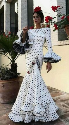 Discover recipes, home ideas, style inspiration and other ideas to try. Flamenco Costume, Flamenco Dancers, Flamenco Dresses, Flamingo Dress, Spanish Dress, Spanish Fashion, Traditional Dresses, Dream Dress, The Dress