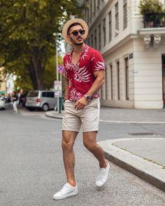 Olhem só esse look masculino com camisa de viscose, bermuda de sarja e chapéu. Ótimo para os dias quentes, não é mesmo? Acessem o blog Marco da Moda e vejam mais outfits de primavera verão para homens - Foto: mr.okn Casual Trends, Men Casual, Summer Outfits Men, Gym Fashion, Mens Fashion, Gym Style, Dress Codes, Gorgeous Men, Pretty Boys