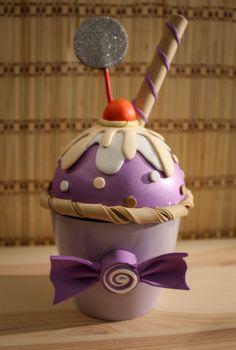 Para hoy, te traigo un nuevodiseño decajita joyero con forma de cupcake helado hecho totalmente a mano utilizando goma EVA. En este cupcake, la base es un helado de violeta con una capa de nata y…