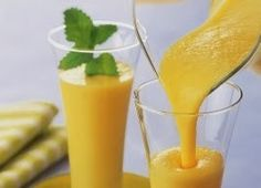 Que tal umsmoothiedelicioso,saboroso e refrescante.   Bata a polpa de manga com 2 iogurtes naturais e sumo de um limão e sirva bem geladinho..