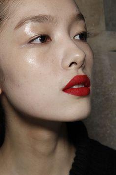 Clear dewy skin and matt red lips Pretty Makeup, Love Makeup, Makeup Inspo, Makeup Inspiration, Makeup Looks, Hair Makeup, Dewy Makeup, Deep Red Lips, Matte Red Lips