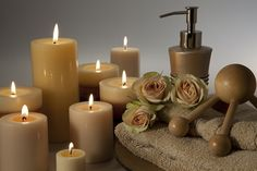 Big cream coloured #candles, towels and other #spa accessories for perfect relaxing massage!