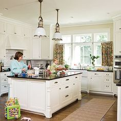 Ideas for Southern Homes: Detailed White Kitchen - All-Time Favorite White Kitchens - Southern Living Island Southern Living Rooms, Southern Living Magazine, Southern Homes, Southern Charm, Country Homes, White Cottage Kitchens, Home Kitchens, Black Kitchens, Eat In Kitchen