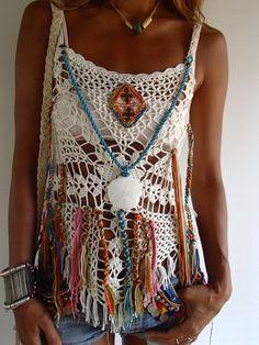 Uno de un tipo de ganchillo hecho a mano con flecos. De Color blanco. Estilo boho/Festival/Hippie. Adornado con joyas Vintage. 100% algodón elástico