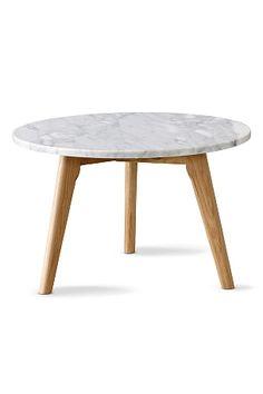 Pöytälevy marmoria ja jalat lakattua tammea. Korkeus 45 cm, Ø 50 cm. Toimitetaan osina. <br><br>