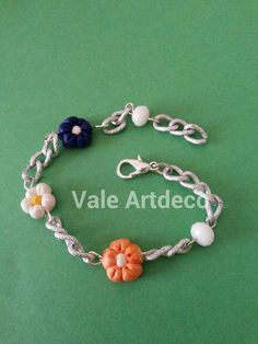 bracciale con fiori bianchi blu ed arancioni