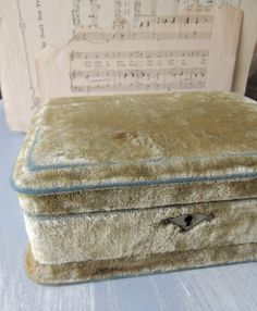 Rose Petals and Rust: pretty vintage velvet box