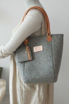 Felt Bag  Purse   Wool bag  Toto Bag  Wool Felt  Grey Purse Bag  Shoulder  Bag - Leather handles Metal feet e53ba49255