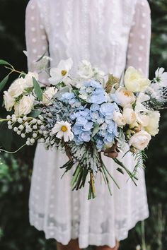 Lush, earthy bouquet in shades of cream and pale blue