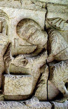 Picapedrer. Detall d'un fris del claustre de la catedral de Girona