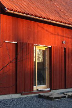 Norröra | om fritidshuset som ska byggas ute på ön Country Farmhouse Exterior, Architecture Details, Interior Architecture, Wooden Facade, Casa Patio, Barn Renovation, Farmhouse Remodel, Tiny House Cabin, Red Barns