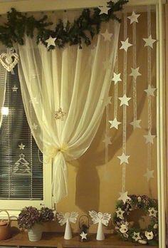 Nice idea for curtains Noel Christmas, Winter Christmas, Christmas Wreaths, Christmas Decorations, Christmas Ornaments, Christmas Christmas, Farmhouse Christmas Decor, Rustic Christmas, New Years Decorations