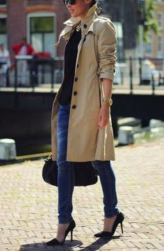 LOVE jeans and a classic heel, makes the outfit. and pairing it all with a little sparkle is chic!