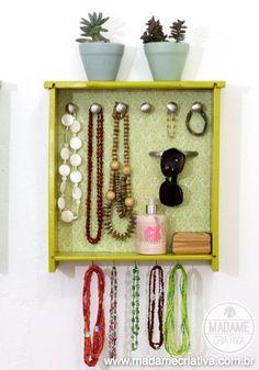 Clever idea to organize the jewelry and sunglasses repurposing a drawer. Easy DIY photo tutorial. - Organizador de jóias e bijuterias usando gaveta! #diy #organize #recycle