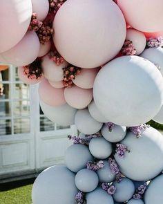 Ballonnen hebben hun comeback gemaakt bij bruiloften en events. Motto; go big or go home! Grote ballonnen en vooral veel van hen gemengd. Deze heten ook wel balloon garlands is een serieus mooie trend die we maar al te graag zien én uitvoeren voor onze bruidsparen! Zoals deze monochromatic ballonnen slinger! Check voor nog meer inspiratie de blog. #trouwdecoratie #trouwtrend #ballonnenslinger #ballondecoratie #bruiloft #trouwinspiratie #balloons #garland #ballondecoratie #eventstyling… Balloon Arch Diy, Balloon Decorations, Balloon Garland, Wedding Decorations, Romantic Wedding Decor, Romantic Wedding Inspiration, Floral Wedding, Sweet 16, Pastel Balloons