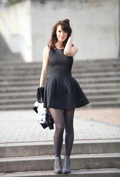Robe en néoprène Sixth June, petite robe noire, sac 2.55 Chanel fermoir Mademoiselle.  Collants Wolford